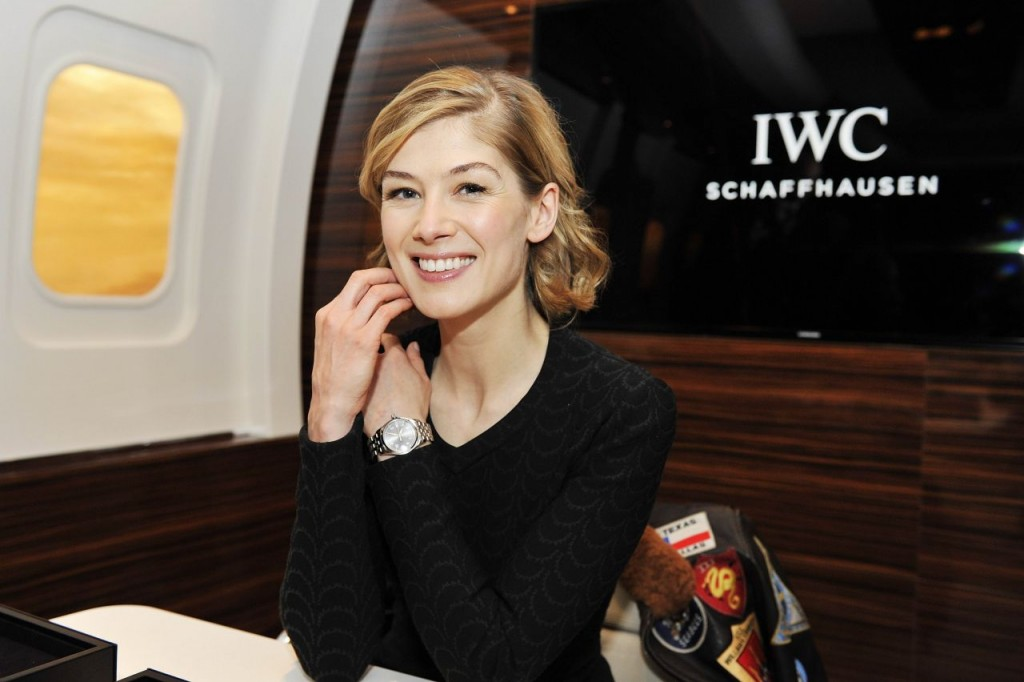 rosamund-pike-iwc-booth-at-the-salon-international-de-la-haute-horlogerie-sihh-2016-6