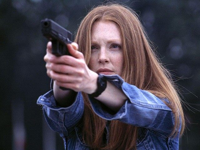 Julianne-Moore-gun-640x480